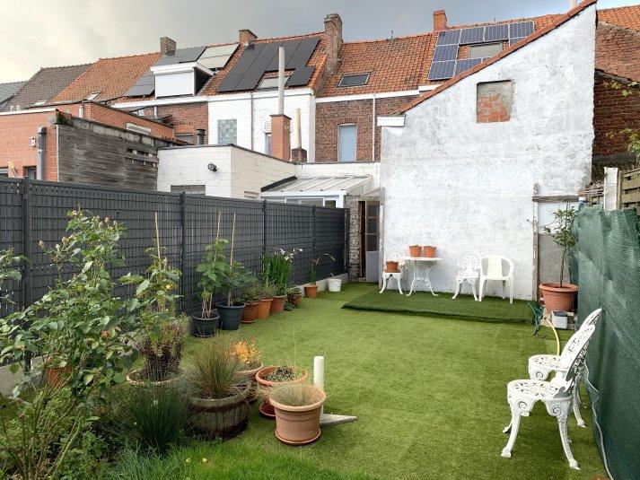 Woning met drie slaapkamers en tuin aan de stadsrand