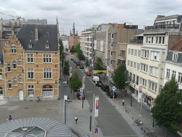 de penthouse van savery kijkt uit op het schouwburgplein te Kortrijk