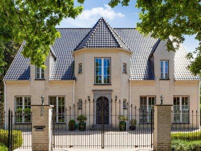 Ruime villa op 2.225 m² nabij het centrum van Brasschaat.