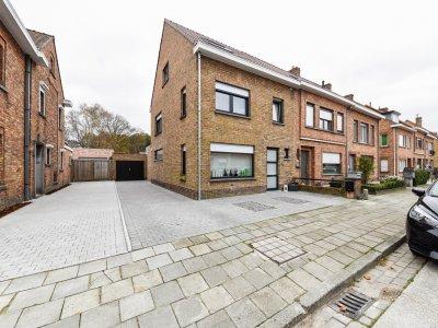 Volledig gerenoveerde 4slpk woning op toplocatie in Brugge met zongerichte tuin en grote garage!