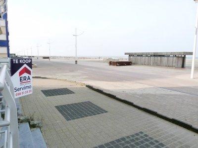 Ruim appartement met 2 slaapkamers op het verhoogd gelijkvloers, gelegen aan de duinen in het rustig gedeelte van de zeedijk.